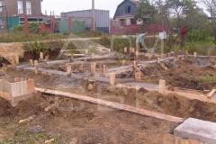 monolitnyj-lentochno-stolbchatyj-fundament-dlja-doma-iz-brusa-3