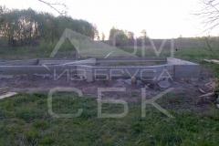 monolitnyj-lentochnyj-fundament-dlja-derevjannogo-doma-iz-brusa-s-jerkerom-3