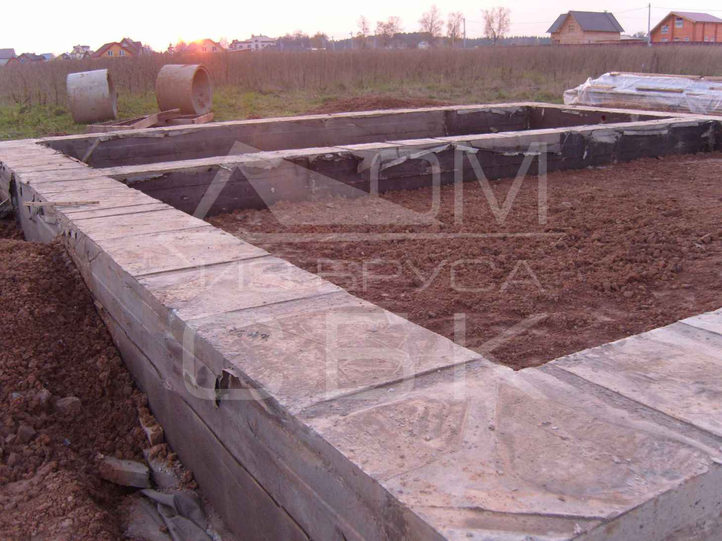 monolitnyj-plitno-lentochnyj-fundament-dlja-derevjannogo-doma-iz-brusa (9)