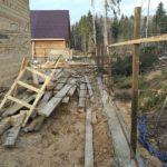 Ленточный фундамент под забор из металлопрофиля - столбы