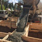 Свайно-ростверковый фундамент под дом из профилированного бруса – подача бетона с миксера