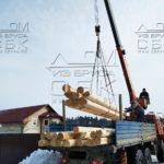 Разгрузка манипулятором домокомплекта бани из оцилиндрованного бревна для строительства в Сергиев Посаде
