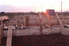 monolitnyj-lentochnyj-fundament-dlja-derevjannogo-doma-iz-brusa-1