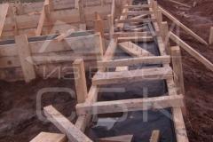 monolitnyj-lentochnyj-fundament-dlja-derevjannogo-doma-iz-brusa-2