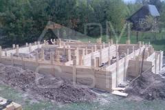 monolitnyj-lentochnyj-fundament-dlja-derevjannogo-doma-iz-brusa-s-jerkerom-1
