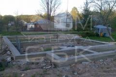 monolitnyj-lentochnyj-fundament-dlja-derevjannogo-doma-iz-brusa-s-jerkerom-2