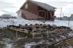 monolitnyj-lentochnyj-fundament-so-stuljami-dlja-derevjannogo-doma-iz-brusa-3
