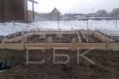monolitnyj-lentochnyj-fundament-so-stuljami-dlja-derevjannogo-doma-iz-brusa-4