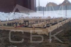 monolitnyj-lentochnyj-fundament-so-stuljami-dlja-derevjannogo-doma-iz-brusa-5