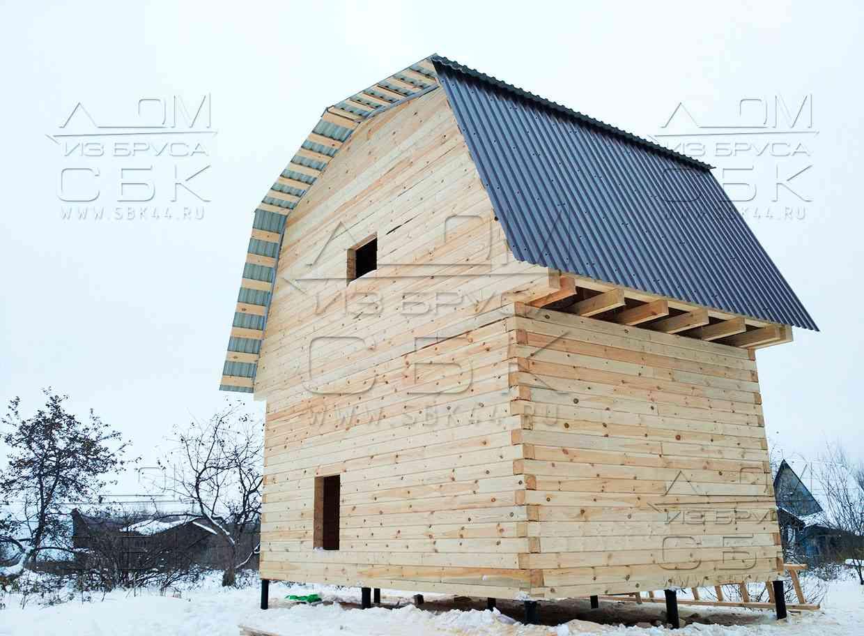 Дачный домик из профилированного бруса с ломаной крышей под металлопрофиль