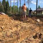 Свайно-ростверковый фундамент для дома из бруса - отрывка траншеи