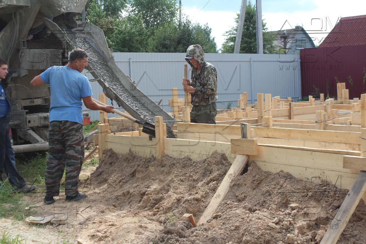 Дом из профилированного бруса 8 х 8,5 фундамент - подача бетона